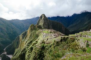 Peru, Machu Picchu citadel and Huayna Picchu mountain with Uの写真素材 [FYI04342376]