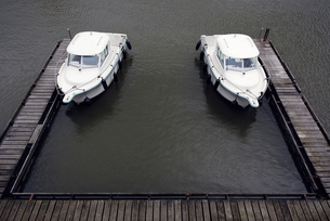 Germany, Duesseldorf, two similar  motor yachts moored at jeの写真素材 [FYI04342385]