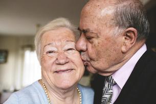 Senior man kissing his happy wifeの写真素材 [FYI04342437]