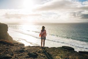 Spain, Fuerteventura, El Cotillo, back view of woman lookingの写真素材 [FYI04342514]