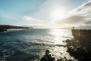 Spain, Canary Islands, Fuerteventura, La Pared, man standingの写真素材 [FYI04342519]