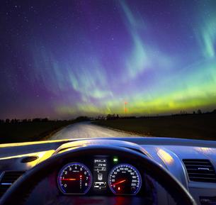 Car windscreen and northern lights, dashboardの写真素材 [FYI04342551]
