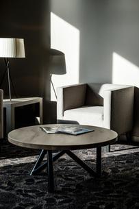 Furniture in a modern hotel lobbyの写真素材 [FYI04342552]
