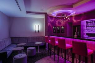 Lighted hotel barの写真素材 [FYI04342556]