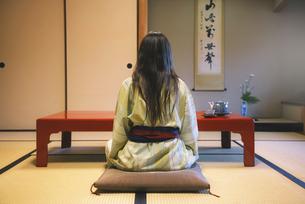 Japan, Uji, back view of woman wearing yukata drinking tea iの写真素材 [FYI04342567]