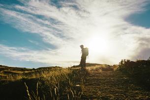 Peru, Amantani Island, silhouette of man with backpack hikinの写真素材 [FYI04342606]