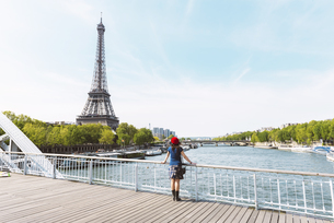 France, Paris, back view of  woman wearing red beret lookingの写真素材 [FYI04342638]