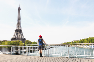 France, Paris, back view of woman wearing red beret lookingの写真素材 [FYI04342639]