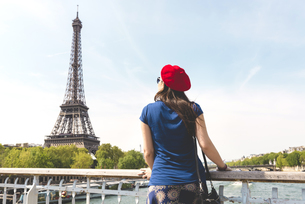 France, Paris, back view of woman wearing red beret lookingの写真素材 [FYI04342640]
