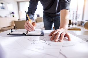Architect working from homeの写真素材 [FYI04342659]