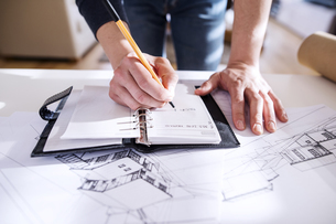 Architect making notes in his personal organiserの写真素材 [FYI04342660]