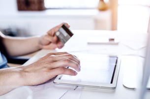 Man making online payment with credit cardの写真素材 [FYI04342661]