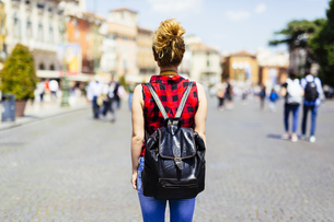 Italy, Verona, woman with backpack in the cityの写真素材 [FYI04342674]