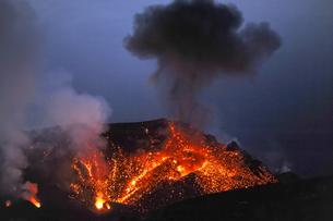 Italy, Stromboli, glowing lava and smoke of Stromboli volcanの写真素材 [FYI04342723]