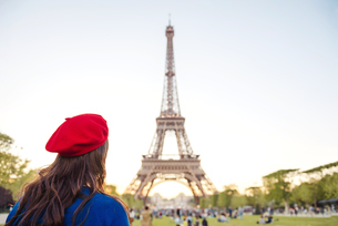 France, Paris, Champ de Mars, back view of woman wearing redの写真素材 [FYI04342731]