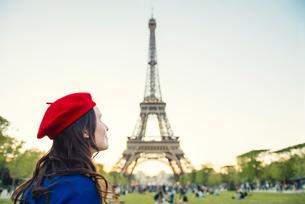 France, Paris, Champ de Mars, woman wearing red beret in froの写真素材 [FYI04342733]