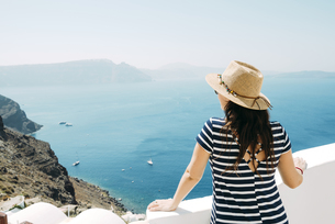 Greece, Santorini, Oia, back view of woman with straw hat loの写真素材 [FYI04342818]