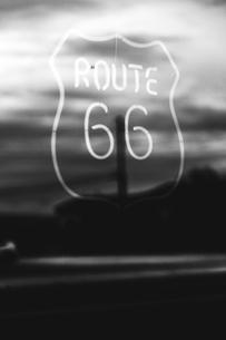 USA, California, Mojave Desert, neon sign of route 66の写真素材 [FYI04342822]
