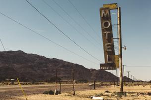 USA, California, Mojave Desert, sign of abandoned motel at rの写真素材 [FYI04342823]