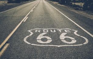 USA, California, Mojave Desert, view of empty route 66の写真素材 [FYI04342825]