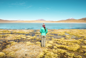 Bolivia, Andes, Altiplano, Woman wearing warm clothes in Lagの写真素材 [FYI04342910]