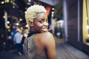 USA, New York City, smiling young woman on Times Square at nの写真素材 [FYI04342980]