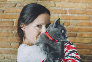 Woman with Russian Blue on her shoulderの写真素材 [FYI04342990]