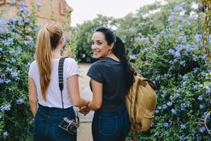 Two young women with camera and backpackの写真素材 [FYI04343008]