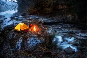 Austria, Salzburg State, Tennengau, senior man camping at Taの写真素材 [FYI04343039]