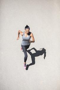 Top view of woman runningの写真素材 [FYI04343055]
