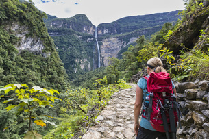 Peru, Amazonas Region, Cocachimba, tourist on hiking trail lの写真素材 [FYI04343085]