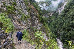 Peru, Amazonas Region, Cocachimba, tourist hiking towards Goの写真素材 [FYI04343088]