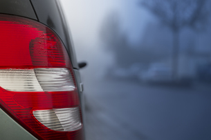 Rear light of car on cold foggy morning, close-upの写真素材 [FYI04343099]
