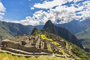 Peru, Andes, Urubamba Valley, Machu Picchu with mountain Huaの写真素材 [FYI04343105]