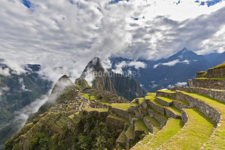 Peru, Andes, Urubamba Valley, Machu Picchu with mountain Huaの写真素材 [FYI04343107]
