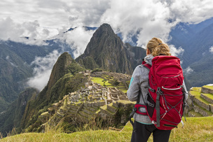Peru, Andes, Urubamba Valley, tourist with red backpack at Mの写真素材 [FYI04343108]
