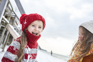 Sisters having fun in winterの写真素材 [FYI04343130]