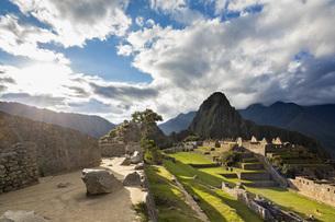 Peru, Andes, Urubamba Valley, Machu Picchu with mountain Huaの写真素材 [FYI04343139]