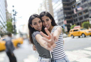 USA, New York City, portrait of two beautiful twin sisters iの写真素材 [FYI04343175]