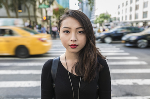 USA, New York City, Manhattan, portrait of serious looking yの写真素材 [FYI04343207]
