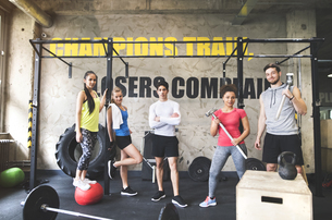 Portrait of confident young people posing in gymの写真素材 [FYI04343320]