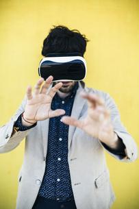 Man wearing Virtual Reality Glassesの写真素材 [FYI04343363]