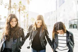 Three friends wearing black leather jacketsの写真素材 [FYI04343385]