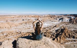 Chile, Atacama Desert, back view of woman practising yoga onの写真素材 [FYI04343413]
