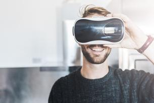 Smiling man wearing Virtual Reality Glassesの写真素材 [FYI04343453]