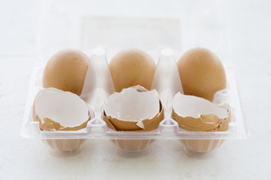 Eggs and Egg shells in egg boxの写真素材 [FYI04343518]