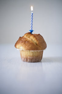 Muffin with lit candleの写真素材 [FYI04343524]