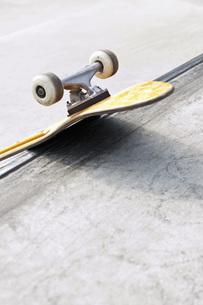 Germany, NRW, Duesseldorf, Skateboard at public skateparkの写真素材 [FYI04343578]