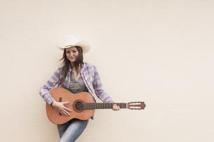 Germany, North Rhine Westphalia, Young woman with cowboy hatの写真素材 [FYI04343589]