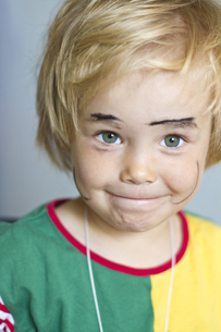 Portrait of girl with painted face, smiling, close upの写真素材 [FYI04343631]